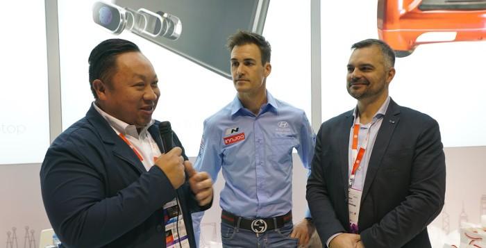 InnJoo exhibe sus nuevos dispositivos en el MWC de la mano del piloto Dani Sordo