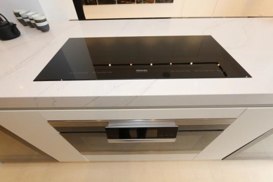 Miele equipa con sus electrodomésticos el nuevo showroom de Cosentino, placa